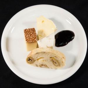 Rohmilchkäse von Beeler, Holundersenf, Olivenbrot